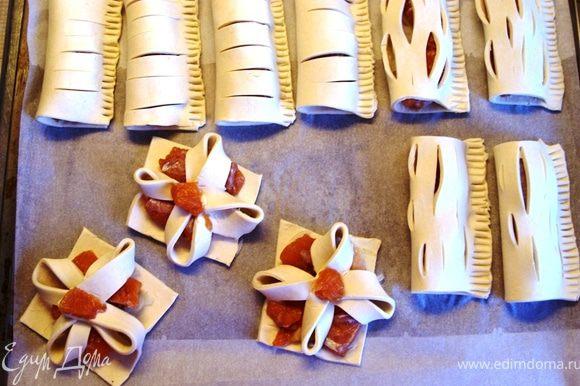 Противень застелить пекарской бумагой и разложить слоечки.
