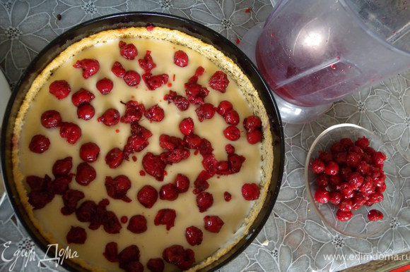 Посыпаем половиной ягод.