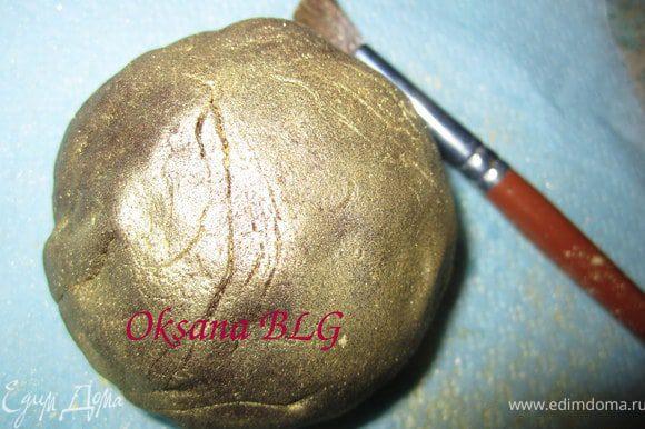 Из обрезков бисквита можно сделать шарик, обтянуть его шоко мастикой и покрыть кандурином, или просто пройтись кисточкой смоченной в водке. получится камень на который можно посадить русалочку.