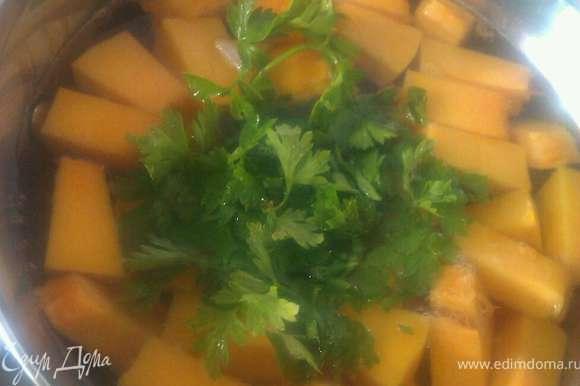 Все овощи нарезаем не сильно мелко. В кипящую воду бросаем порезанные овощи и петрушку. Варим 15-20 минут.
