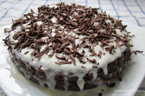 Украшаем торт тертым шоколадом и убираем в холодильник на 2-3- часа, чтобы он пропитался. Конечно его можно есть и сразу, но если чуть-чуть подождать, то торт буден нежнее. Приятного аппетита!