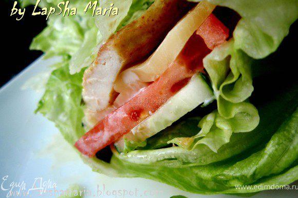 Свернуть листья и можно наслаждаться вкуснейшим, теплым и сочным роллом! Приятного аппетита!