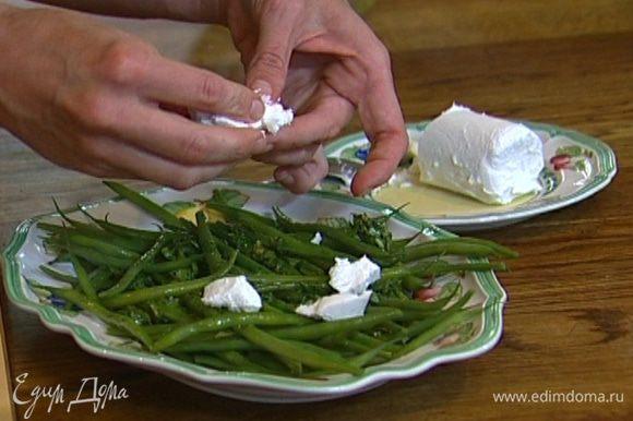 Козий сыр раскрошить руками. Перемешать фасоль с мятной заправкой, сверху разложить кусочки козьего сыра.