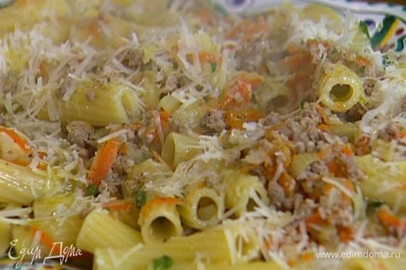 Выложить макароны на тарелку, посыпать пармезаном, сбрызнуть оливковым маслом.