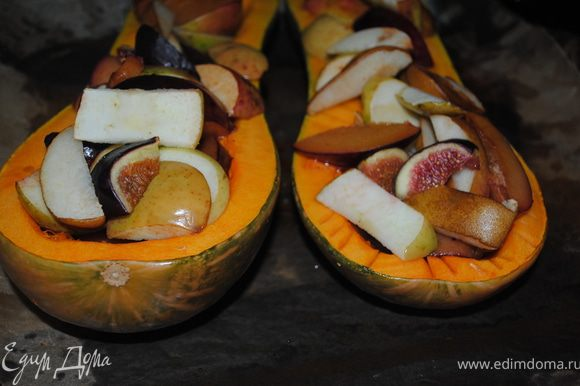 выложить фрукты на тыкву, опять посыпать остачей сахара и еще запекать 1 час.