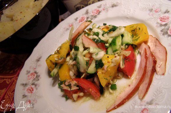 Полить заправкой салат, перемешать и подавать немедленно с горячей отварной картошечкой.