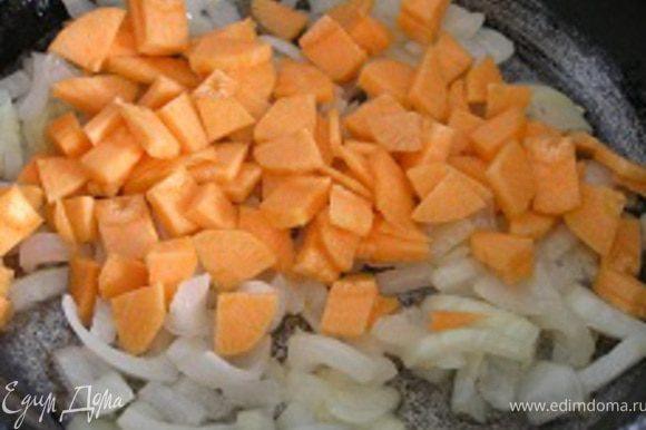 Тем временем обжарить на растительном масле лук, добавить морковь,