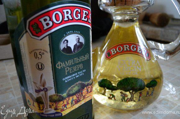 Почистить овощи, порезать. С огурца снять шкуру (чтобы не быть зеленым :-). Фету порезать кубиками. Добавить оливки, тоже в цветовой гамме. Заправить прекрасным, душистым маслом класса экстра фамильного резерва :-) .
