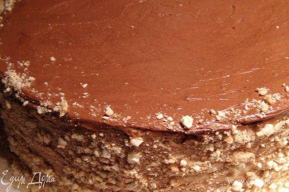 """Украсим бока торта крошкой. Для этого смешаем крошки безе, тщательно собранные с коржей (у меня получилось 3 ст.л.) с таким же количеством толчёных орехов кешью. Приподнимая бока торта поочерёдно, посыпаем их ореховой смесью. Поставим торт на полчаса в холодильник, чтобы крем """"схватился""""."""