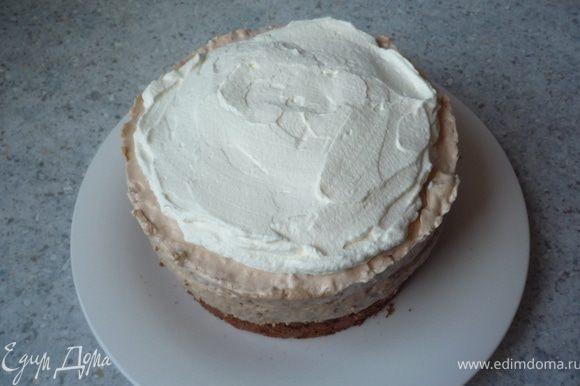 Рубленые лесные орехи подрумянить на сковороде (без масла). Взбить 100мл сливок и нанести их на торт, который уже достали из формы.