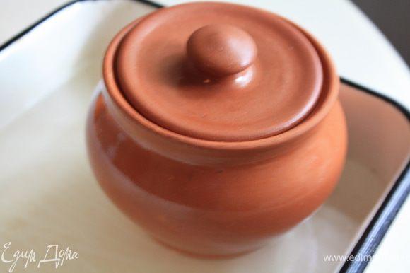 Положить крупу в термостойкую посуду, залить водой до уровня чуть выше уровня крупы, посолить, добавить лавровый лист или иные специи по вкусу. Дальше при необходимости воду можно будет добавить. Посуду поставить в противень или иную емкость с водой и отправить в духовку.