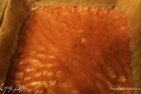 Дно и бока разъемной формы ( у меня 30х30см) выложить бумагой для выпечки, смазать растительным маслом. На дно выложить часть теста из холодильника, разровнять.