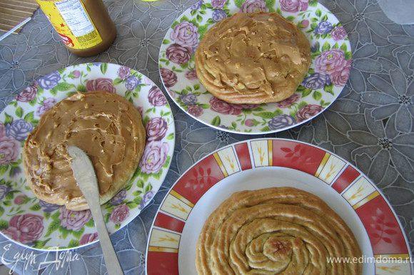 3. Смазать коржи арахисовым маслом (можно и ореховой пастой типа Нуттела).