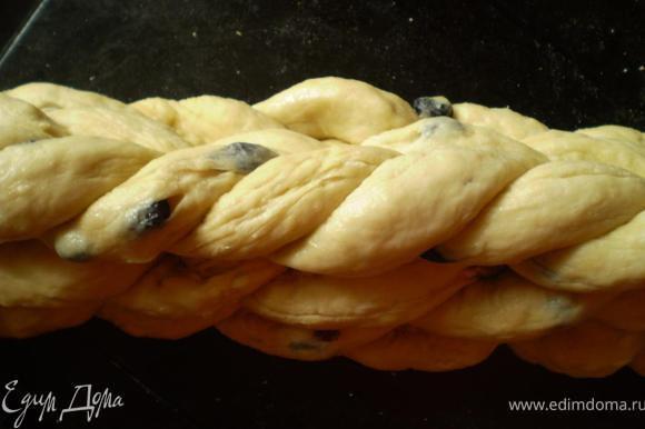 Оставшиеся колбаски сплетаем в жгут и укладываем сверху косички. Оставляем на 5-10 мин