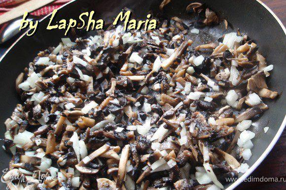 Когда влага из грибов выпарится, добавим масла и мелко нашинкованный лук, обжарим до легкой румяности минут 5-7. Посолим.