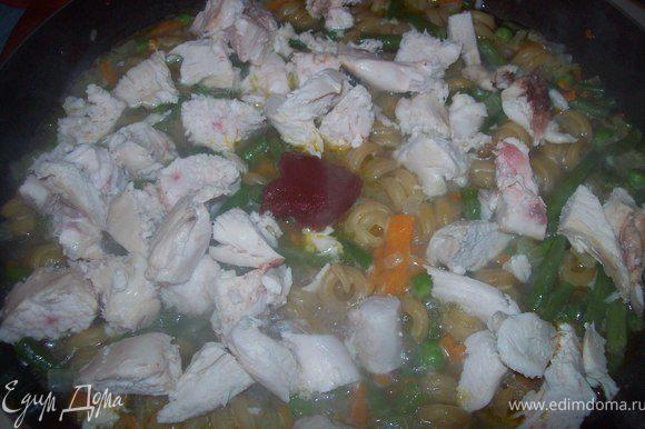 через три минуты добавляем ложку томатной пасты и нарезанную курицу. перемешиваем. закрываем крышку и тушим еще 4 минуты. смотрите что бы жидкости для варки макарон хватило. если мало будет добейте кипятка
