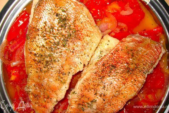 Филе морского окуня посолить, поперчить и посыпать прованскими травами. Теперь берем глубокую сковородку, добавляем в нее бульон и сок половины лимона. Затем выкладываем филе окуня шкуркой вверх, убавим огонь и готовим около 5 минут. После этого аккуратно выкладываем рыбу на блюдо поверх овощей.