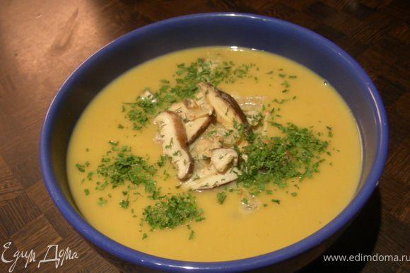 Прогреваем суп, разливаем по тарелкам, сверху выкладываем наши грибы (можно украсить немного зеленью, у меня петрушка) и подаем.
