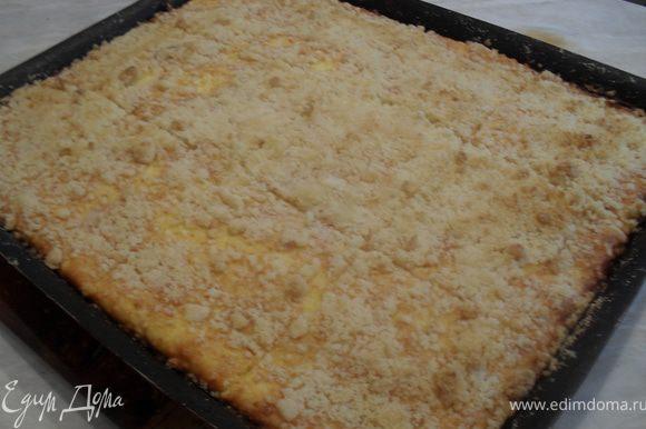 Духовку нагреть до 200*С, отправить в нее пирог.Выпекать до золотистого цвета (15-20 минут).