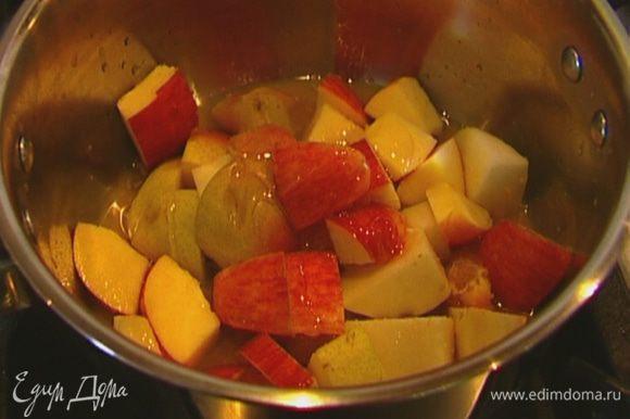 В небольшой кастрюле соединить имбирь, апельсиновый сок, цедру, мед, яблоко и грушу.