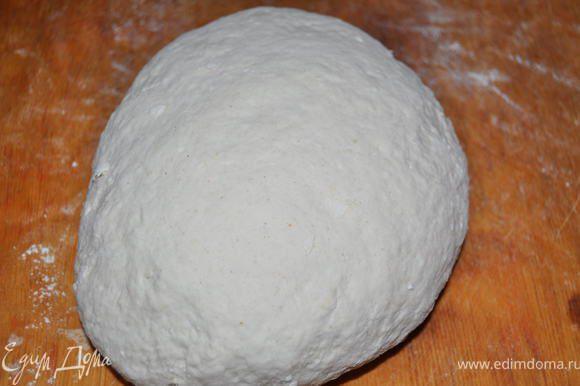 Добавить муку и замесить тесто мягко.