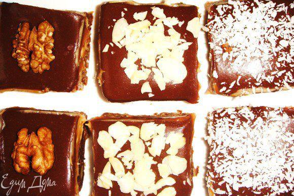 Нарезаем на небольшие квадратики или прямоугольники, украшаем половинкой ореха, миндалем или кокосовой стружкой. Можно и не украшать, они и так хороши))