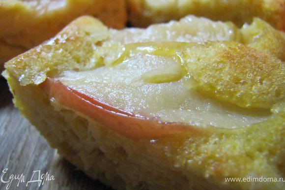 Пока готовый пирог остывает, завариваем чаек и наслаждаемся...