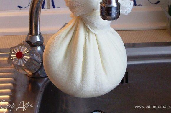 Аккуратно собрать марлю, завязать вокруг творожка (как мешочек) и подвесить над какой-нибудь ёмкостью для сбора сыворотки на 45-60 минут.