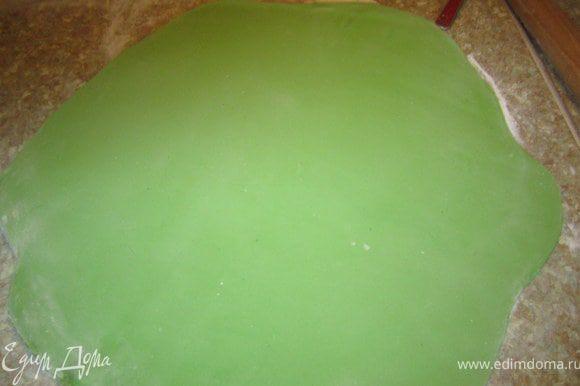 Раскатать зеленую мастику.