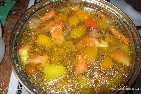 Добавляем помидоры. Варим ещё минут 10 и солим, немного сахара (щепотку), кладём лавровый лист. Всё это должно пропитаться вкусами поэтому кипит ещё 5 минут.
