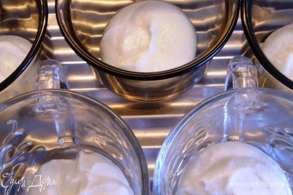 На дно приготовленных кружечек положить по 1.5 ч.л. крема