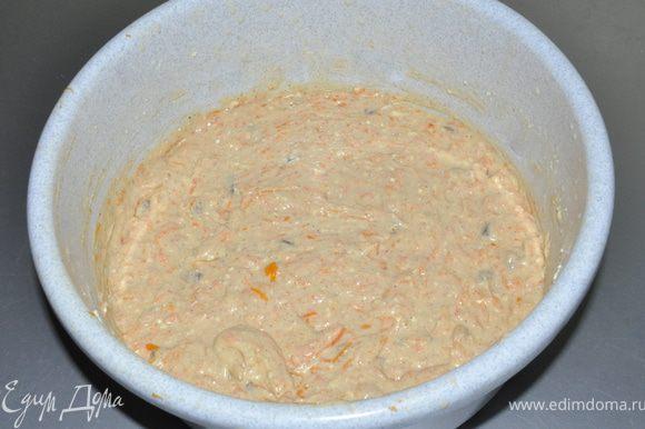 Муку с добавками соединяем с яичной массой и натертой тыквой, перемешиваем.