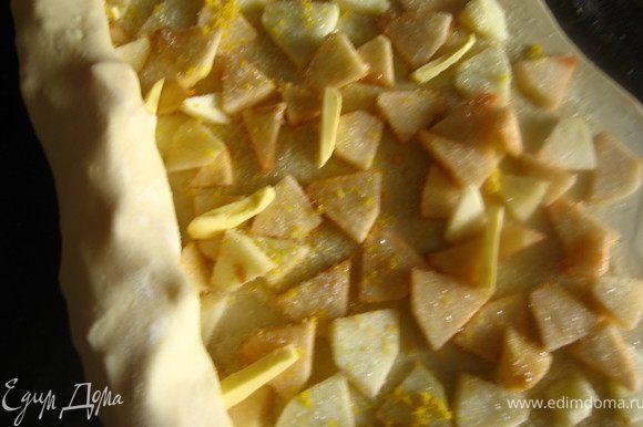 выкладываем начинку 2: т.е яблоки раскладываем равномерно по всей поверхности, отступая от края 1см. на яблоки, цедру лимона ( трем на мелкой терке), сахар и кусочки размягченного сливочного масла (20гр). Количество сахара регулируйте сами, в зависимости от кислоты яблок. У меня ушло грамм 50.Сворачиваем в рулет. Укладываем на противень застеленный фольгой. Можно обойтись без нее, но в посудомойку противень не влезает, а мыть руками лень.