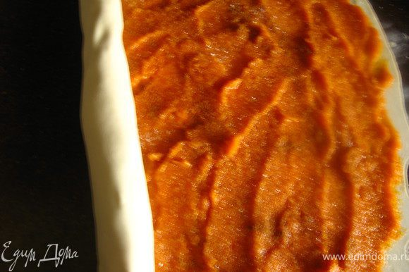 укладываем начинку 1: так же раскатываем тесто, выкладываем тыквенное пюре и аккуратно разравниваем. посыпаем сахаром и корицей. Раскладываем кусочки размягченного сливочного масла. Сворачиваем в рулет.