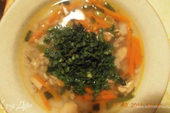 Когда крупа сварилась перекладываем в кастрюлю овощи, добавляем рыбу, жидкость из банки туда же. Разливаем по тарелкам и посыпаем зеленью, кому какая нравится, у меня укроп и кинза, у мужа петрушка и кинза, а дети травку есть отказались:) Приятного аппетита!