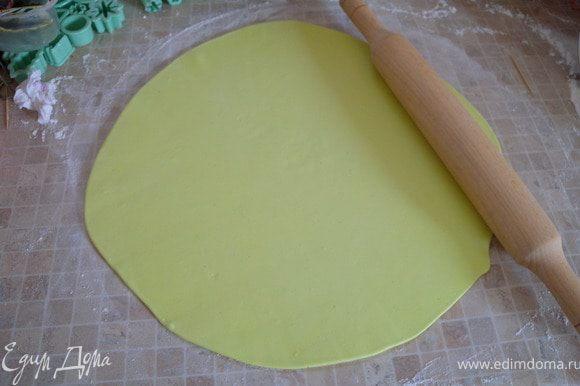38. Приступим к украшению торта. Раскатать большой пласт мастики (можно вычислить радиус).