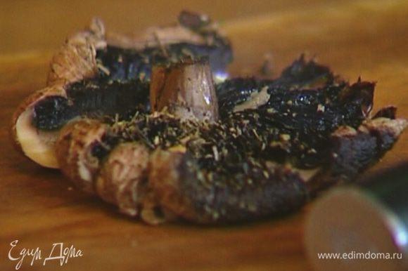 Вынуть противень из духовки, грибы нарезать не слишком мелко, а помидоры дольками.