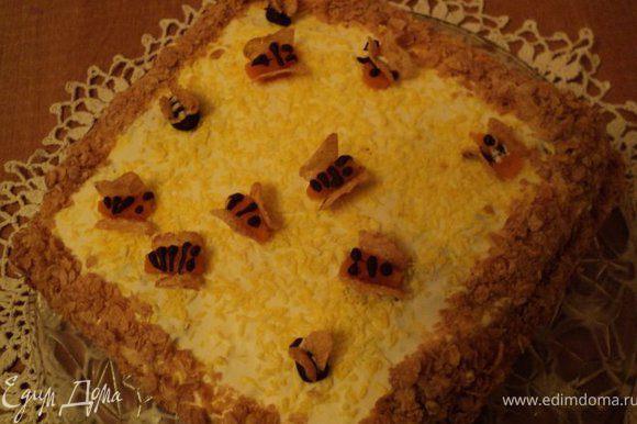Пляцок извлечь из формы, бока посыпать измельченными кукурузными хлопьями. Украсить пчелками, сделанными из остатков тыквенного суфле и шоколада, крылышки - из кукурузных хлопьев.