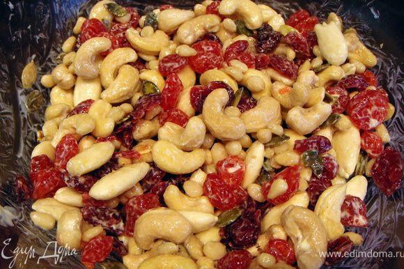 Пока пирог выпекается, приготовить фруктово-ореховую смесь для украшения. Сливочное масло смешать с орехами, ягодами и семечками и поставить в холодильник.