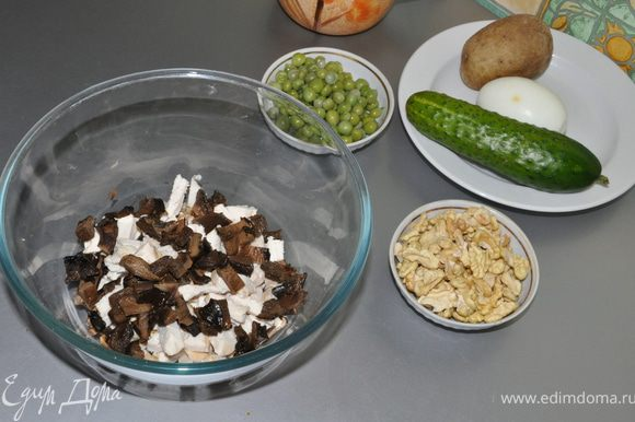 Картошку и яйцо, тоже отваренные, мелко порубить. Картошки много не надо,она должна чувствоваться в салате, но не забивать другие ингредиенты.