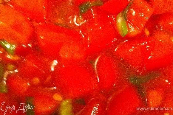 В конце концов готовим соусы. Сначала сальсу, чтобы она настоялась, пока будем готовить гуакамоле. Итак, помидоры моем, очень мелко режем, выдавливаем чеснок, крошим перец чили и лук, приправляем солью, оливковым маслом и соком лайма. Мешаем, вдыхаем потрясающий аромат и набираемся терпения до готовности всего блюда))) Теперь гуакамоле. Авокадо разрезаем пополам, удаляем косточку, выскребаем мякоть, измельчаем ее, добавляем порубленный чили и кинзу, поливаем соком лайма, солим, перемешиваем!