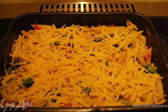 овощи обжарить на сковороде . Отварить макароны . всё вместе перемешать , овощи и макароны ,выложить в форму и посыпать сыром. поставить в духовку 200 гр и готовить до румяной корочки.
