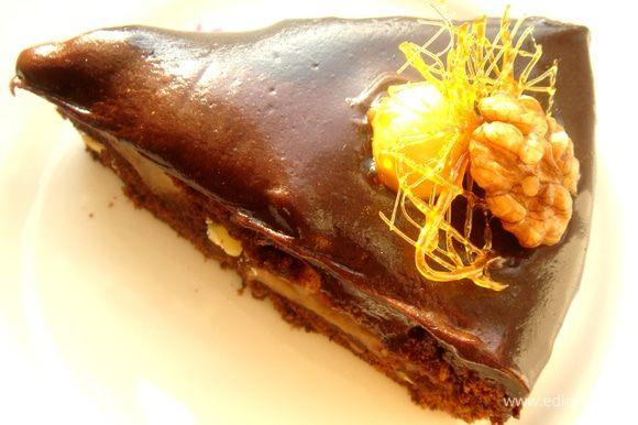 Готовый пирог(можно не охлаждать)аккуратно переложить на блюдо,предназначенное для подачи на стол,полить глазурью и украсить карамелизованными орешками и кусочками паутинки.Приятного чаепития!