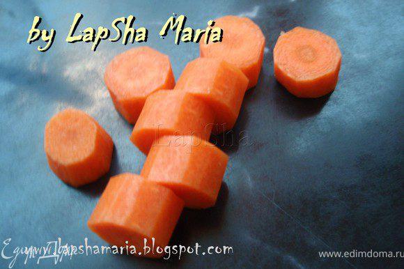 Тем временем нарежем морковь для более быстрого приготовления. Отварим морковь и картофель в мундире в подсоленной воде до готовности.