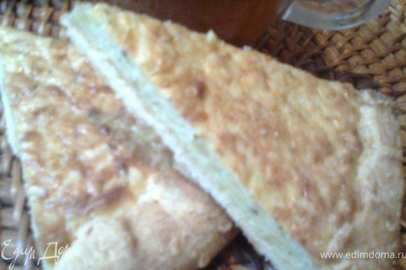 Очень вкусно со сладким чаем!P.S.Кстати,тесто оставалось хрустящим по всему дну и на второй день,а под яблочной начинкой оно увлажнилось.