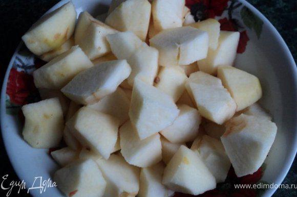 Яблоки очистить от кожицы и семян, порезать крупными дольками.