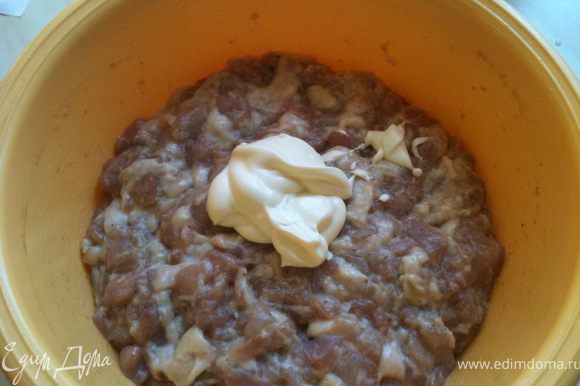 Добавить в мясо специи, потертый на мелкой терке чеснок и майонез. Очень хорошо перемешать.