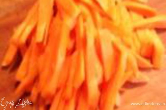 Дальше отправляем в кастрюлю морковь, нарезанную соломкой