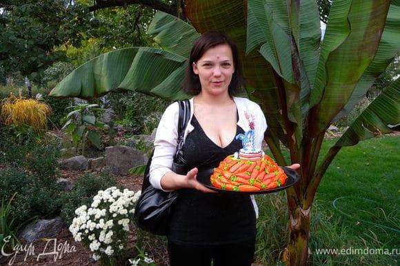 Вот такой вот подарочек-сюрприз :-)) (на фото моя подруга Настя). И вообще. не скажешь, что торт весом всего полтора килограмма :-)))