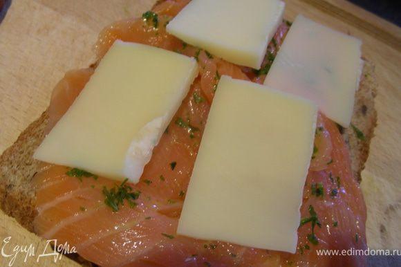 Собираем наш сэндвич: хлеб - сыр - копченый лосось - масло с петрушкой (наносим с помощью кисточки) - сыр- хлеб. Затем промазываем его с 2х сторон оставшимся маслом и выкладываем на сковороду гриль (или в духовку под гриль) и готовим пару минут с каждой стороны.
